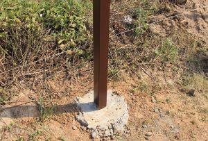Опора из забетонированных в землю профильных труб