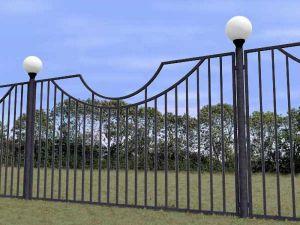 Забор из профтрубы с установкой осветительных фонарей