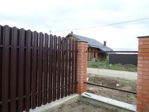 Полупрозрачный забор из евроштакетника