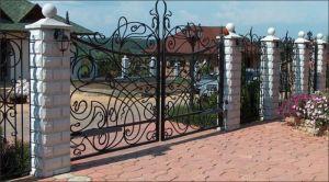 Декоративный забор из метала и бетона