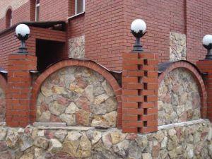 Dekorirovanie arok zaborov 300x225 - Уроки по качественной кладке кирпичных арок для заборов