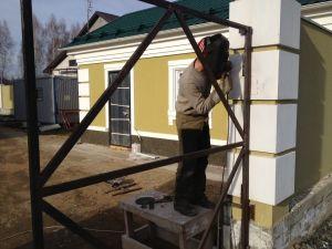 Процесс приваривания ворот