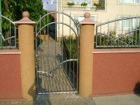 Стальное изделия на бетонных опорах
