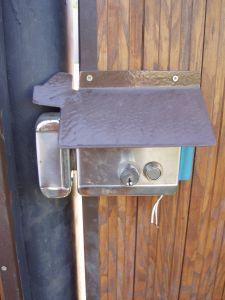 Правила выбора и установки накладного замка на калитку