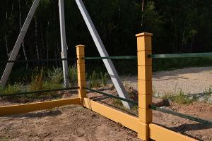 Простая конструкция бетонно металлического забора