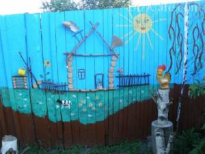 Аппликация на деревянном заборе