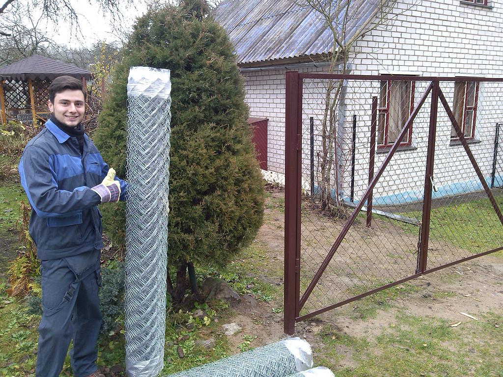 Строим забор из сетки рабицы своими руками 25
