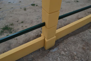 Устройство оградительного сооружения с бетонными несущими элементами