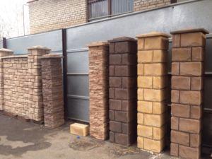 Декорирование несущих элементов ограждения с помощью блоков