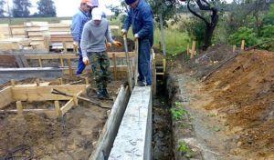 Процесс демонтажа опалубки оградительного сооружения