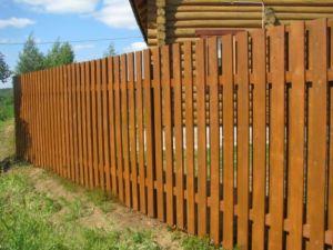 Современный вид деревянного ограждения
