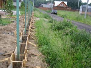 Подготовка ленточного фундамента со столбами для оградительного сооружения