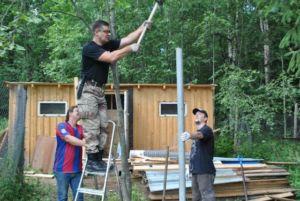 Процесс забивки заборного столбика