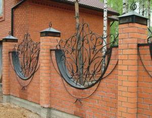 Оригинальные кованые детали - украшение кирпичного ограждения