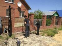 Забор из кирпича и ковки: вариант на винтовых сваях