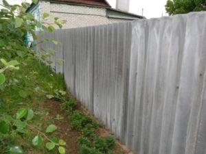 Применение шифера для возведения ограды