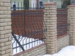 Отличная совместимость кирпичных опор с металлическими секциями ограждения