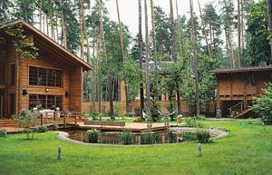 Деревянные постройки лучше располагать дальше от границ участка