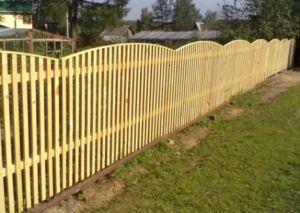 Применение деревянного штакетника для ограждения на даче