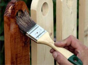 Нанесение защитных средств на древесину ограждения