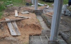 Заглубление бетонных опорных элементов ограждения