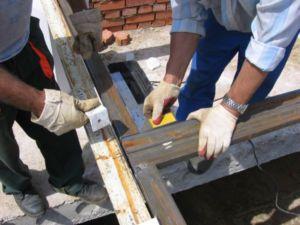 Процесс зачистки сварных швов въездного изделия