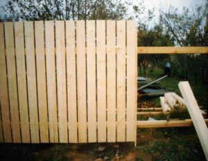 Способ возведения классического деревянного ограждения