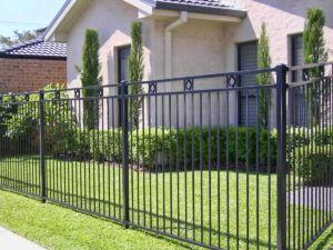 Основательное металлическое ограждение для частного дома