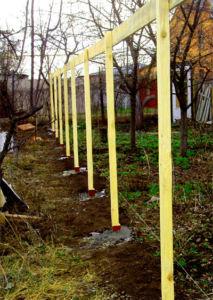 Применение деревянных опорных элементов для возведения ограждения из рабицы