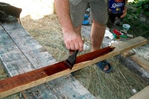 Обработка деревянного материала перед креплением на ограждение