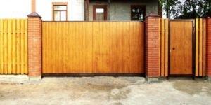 Деревянные откатные ворота и способы их монтажа