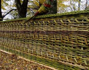 Интересный способ плетения деревянного материала для изгороди