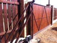 Откатные ворота с деревом: установка