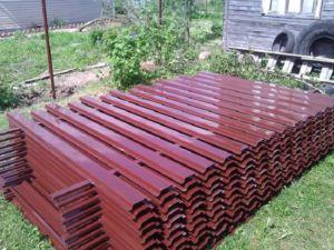 Для облегчения установки металлический штакетник выпускается секциями