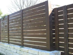 Ограждение из деревянной доски — экологически чистая и привлекательная конструкция