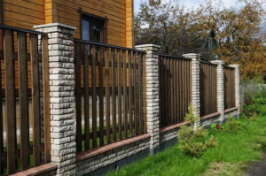 Правильный выбор высоты и материала ограждения не приведет к судебным тяжбам с соседями