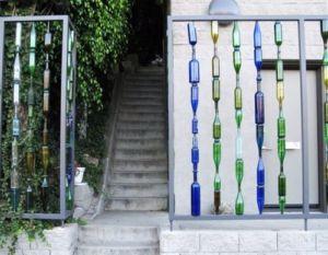 Декоративное ограждение из фигурных стеклянных бутылок