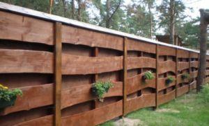 Забор из горбыля с горизонтальным креплением материала