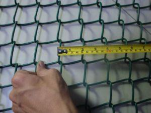 Размер ячейки сетки рабицы играет немаловажную роль при строительстве забора