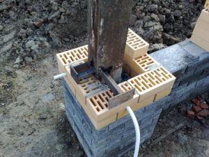 Заранее подготовленные закладные элементы в кирпичных столбах ограждения