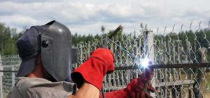 Процесс крепление сетки на забор методом сварки