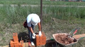 Кладка столба на готовый фундамент ограждения