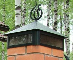 Металлическая крышка на колонне с кованым элементом
