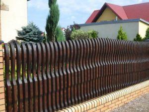 Даже деревянный забор можно сделать оригинальным