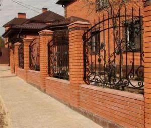Гармоничное сочетание внутренних строений двора и ограждения