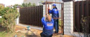 Процесс монтажа металлического каркаса двери на кирпичные опорные столбы