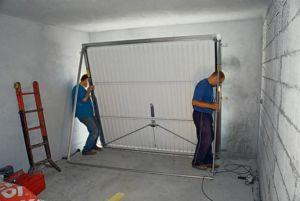 Процесс установки подъемных ворот