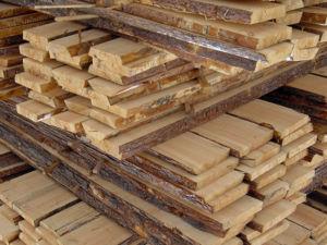 Необрезная древесина для строительства заборов