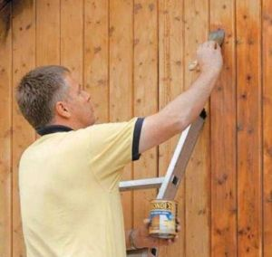Тонкости выбора краски для деревянного забора и надежная покраска