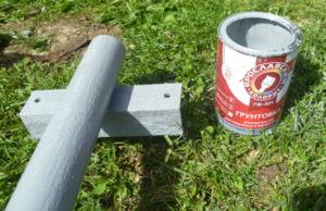Обработка металлической опоры грунтовкой перед покраской